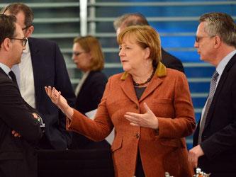 Justizminister Maas (l-r), Kanzlerin Merkel und Innenminister de Maiziere beim Treffen der Regierungschefs der Länder und der Bundesregierung. Foto: Maurizio Gambarini