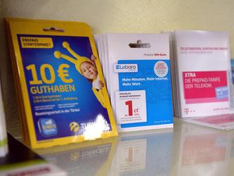 Wer eine Prepaid-Karte fürs Handy kaufen will, muss dazu künftig einen Ausweis vorlegen. Foto: Henning Kaiser/Archiv