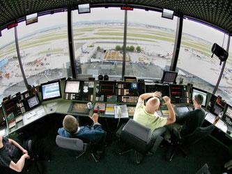 Wer eine Ausbildung machen möchte und auf das Gehalt schaut, sollte Fluglotse werden. Die Experten verdienen überdurchschnittlich gut. Foto: Boris Roessler