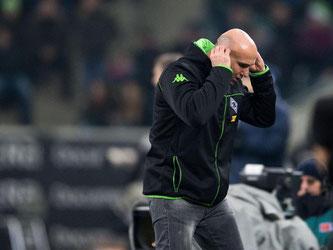 Gladbachs Trainer Andre Schubert reagiert an der Seitenlinie auf den Spielverlauf. Foto: Marius Becker