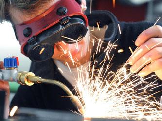 Ein Gas-Wasser-Installateur bereitet sich mit einer Gasschweißarbeit auf seine Meisterprüfung vor. Foto: Waltraud Grubitzsch