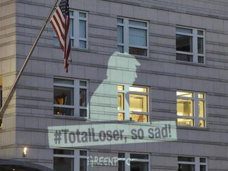 «#TotalLoser, so sad!» («Totaler Verlierer, so traurig») - Greenpeace-Projektion an der Fassade der US-Botschaft in Berlin. Foto: Michael Sohn