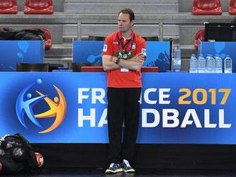 Dagur Sigurdsson beim Training in Rouen. Der Bundestrainer sieht das eigene Team gegen Ungarn als Außenseiter. Foto: Marijan Murat