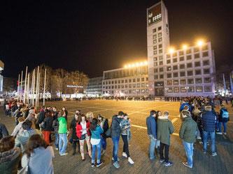 Besucher stehen während der langen Nacht der Museen auf dem Marktplatz. Foto: Deniz Calagan/Archiv