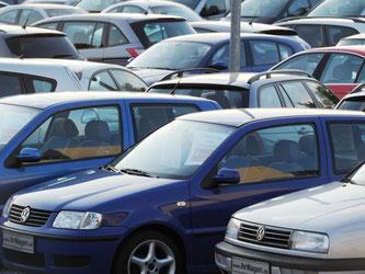 Gebrauchtwagen von VW stehen auf dem Hof eines Gebrauchtwagenhändlers. Foto: Tobias Hase/Archiv