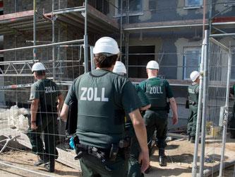 In der für Lohndumping besonders anfälligen Baubranche sei die Zahl der Kontrollen sogar um fast die Hälfte auf knapp 17 000 Arbeitgeber gesunken, hieß es. Foto: Boris Roessler