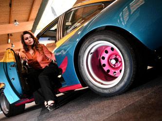 Die amtierende Miss-Tuning Julia Oemler sitzt in einem Opel Manta B. Foto: Felix Kästle