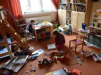 Datenleck im Kinderzimmer - Verbraucherschützer warnen vor Kinderspielzeug mit Internetverbindung. Über einige Spielzeuge könnten sich Dritte problemlos wegen der unsicheren Datenverbindung mit dem Kind unterhalten. Foto: Jens Kalaene