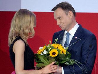 Dudas Tochter gratuliert ihrem Vater zum Wahlsieg. Foto: Jacek Turczyk