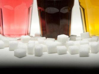 Viele Menschen bevorzugen süße Getränke wie Limonade. Schädlich ist es vor allem für diejenigen, die zu Übergewicht neigen. Foto: Monika Skolimowska/dpa