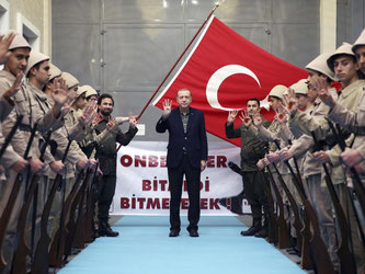Unterstützer in historischen Militäruniformen begrüßen den türkischen Staatspräsidenten Erdogan. Die Beziehungen zu Deutschland sind auf dem Tiefpunkt. Foto: Yasin Bulbul