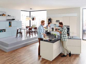 Michael Hilgers hat für Ballerina Küchen eine ypsilonförmige Kücheninsel vorgestellt. Die Form macht die Küche flexibel einsetzbar. Foto: Ballerina Küchen