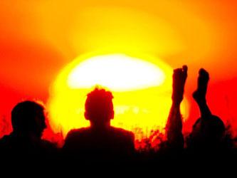 Erinnerungen an den heißen Juli: Sonnenuntergang auf dem Teufelsberg in Berlin. Foto: Daniel Bockwoldt/Archiv