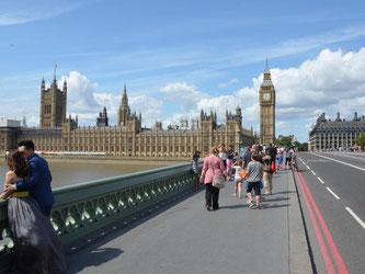 Idealer Startpunkt - von der Westminster Bridge aus sind Touristen schnell bei etlichen der wichtigsten Sehenswürdigkeiten in London. Foto: Andreas Heimann