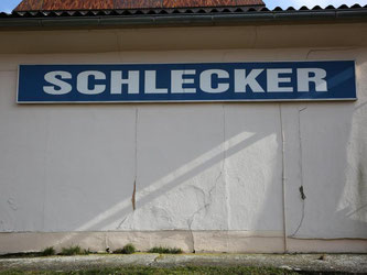 Ein Schild mit der Aufschrift «Schlecker» hängt an einer Hauswand. Foto: Bernd Wüstneck/Archiv