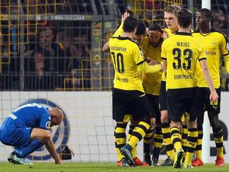 Dortmund bändigt Paderborner und steht im Achtelfinale. Foto: Friso Gentsch