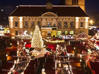 Weihnachtsmarkt in Magdeburg: Hier wird «Schlag den Santa» gespielt, mit Disziplinen wie Baumschmücken und Geschenke-Einpacken. Foto: Jens Wolf