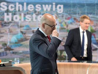 Sieger und Verlierer erkennbar an den Gesten: Noch-Ministerpräsident Torsten Albig und CDU-Wahlgewinner Daniel Günther im Wahlstudio. Foto: Axel Heimken