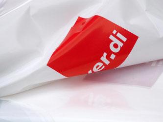 """Eine Plastikweste mit dem Logo der Gewerkschaft """"Verdi"""". Foto: Ralf Hirschberger/dpa"""