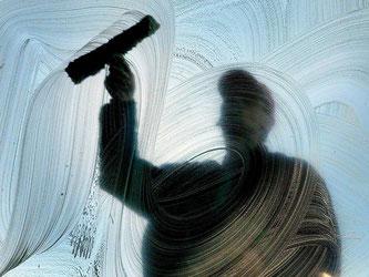 Von der Metallindustrie bis zum Fensterputzen: Zeitarbeiter werden in vielen Bereichen eingesetzt. Beim Lohn müssen sie oft Abstriche machen - sie sind aber nicht ohne Rechte. Foto: Wolfgang Kumm