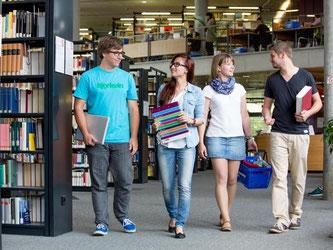 In der Universitätsbibliothek in Magdeburg kommen heute Ost und West zum Lernen zusammen. Die Stadt lockt auch mit günstigen Wohnungen. Foto: Universität Magdeburg/Stefan Berger