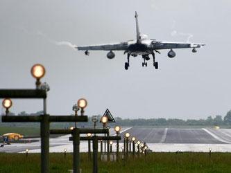 Ein Tornado der Luftwaffe setzt zur Landung auf dem Luftwaffen-Flugplatz in Jagel an. Foto: Carsten Rehder/Archiv