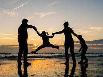 Ob mit Kindern oder ohne - ziehen unverheiratete Paare zusammen, können sie bei ihrem Versicherungsschutz auf jeden Fall sparen. Denn nicht alle Policen braucht man doppelt. Foto: Patrick Pleul