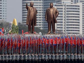 Nordkoreanische Studenten marschieren bei einer Militärparade in Pjöngjang. Das Land provoziert mit Raketentests. Foto: Wong Maye-E