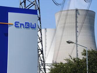 Das Kernkraftwerk Philippsburg hinter einem EnBW Logo. Foto: Uli Deck dpa/Archiv