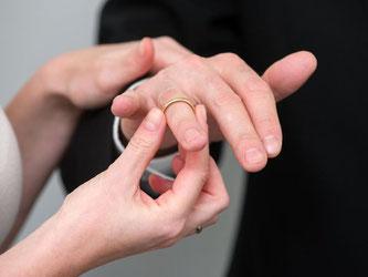 Das Finanzamt stuft Verheiratete in die Klasse IV ein. Nicht immer ist das die beste Wahl. Foto: Andrea Warnecke