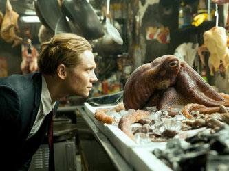 Aug in Aug mit dem Tintenfisch: Matthias Schweighöfer spielt in «Der Nanny» einen fiesen Baulöwen. Foto: Pantaleons Film/Warner Bros