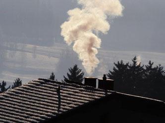Hausbesitzer sollten den Schornstein ab und zu von einem Profi überprüfen lassen. Eventuell ist eine Sanierung nötig. Foto: Armin Weigel