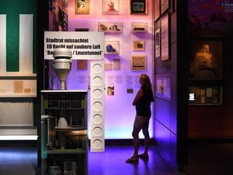 Eine Feinstaubmessstation und ein Protestplakat im Haus der Geschichte in Stuttgart. Foto: Marijan Murat