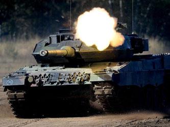Die Bundeswehr wurde seit 1979 mit 2125 «Leopard 2»-Kampfpanzern ausgerüstet, von denen heute noch etwa 280 im Dienst sind. Foto: Peter Steffen/Archiv