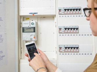 Smart Meter geben Daten in Echtzeit weiter. So kann man etwa mit dem Smartphone seinen Stromverbrauch im Blick behalten. Foto: Phil Dera/www.co2online.de/dpa