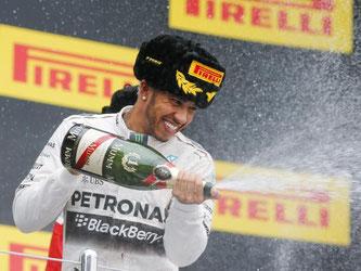 Lewis Hamilton feiert in Sotschi seinen Sieg beim Großen Preis von Russland. Foto: Valdrin Xhemaj