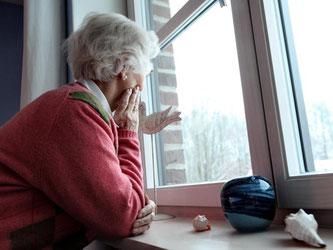 Der immergleiche Blick aus dem Fenster beruhigt viele ältere Menschen. Veränderungen machen ihnen häufig Angst. Dabei können sie das Leben auch leichter machen. Foto: Bodo Marks/dpa-tmn