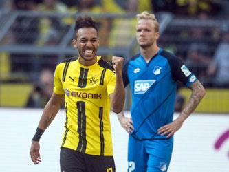 Dortmunds Pierre-Emerick Aubameyang (l) jubelt über seinen Treffer zum 2:0 - Rechts Hoffenheims Kevin Vogt. Foto: Bernd Thissen.