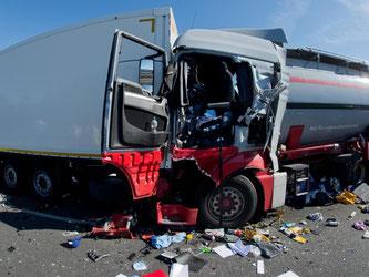 Immer wieder passiert es: Ein Lastwagenfahrer fährt mit seinem Fahrzeug auf ein Stauende. Foto: Julian Stratenschulte