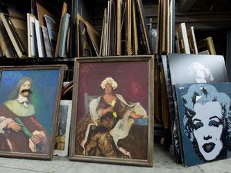 Verschiedene Gemälde und Kunstdrucke in einem Fundus. Foto: Sebastian Kahnert/Archiv