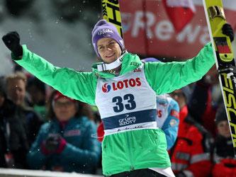 Skispringer Andreas Wellinger freut sich über seinen dritten Platz beim Skisprung-Weltcup in Wisla. Foto: Grzegorz Momot