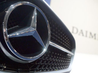 Das Emblem der Fahrzeugmarke Mercedes ist zu sehen. Foto: Bernd Weißbrod/Archiv