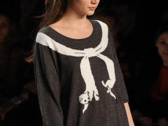 Ein runder Ausschnitt am Pullover oder Shirt verbreitert optisch die Figur - kleine, dicke Menschen sollten lieber darauf verzichten. Foto: Jörg Carstensen