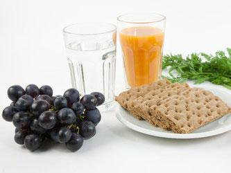 Keine Schokolade, dafür viel Obst und Gemüse: Eine Fastenkur bedeutet, bewusst auf bestimmte Lebensmittel zu verzichten. Foto: Kai Remmers