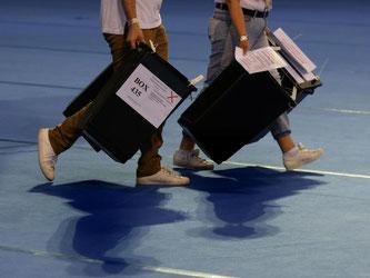 Wahlurnen werden in Glasgow zur Auszählung in die Emirates Arena gebracht. Foto: Andrew Milligan