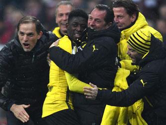 Dortmunds Ousmane Dembele (M) jubelt mit den Trainern über seinen Treffder zur 3:2-Führung. Foto: Peter Kneffel