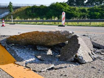 Wegen der Hitze ist eine Betonfahrbahn aufgebrochen. Foto: Rene Priebe