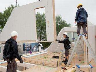 Schon steht die Wand: Mit dem Fertighaus sind die eigenen vier Wände schnell errichtet - der Innenausbau braucht dann aber etwas mehr Zeit. Foto: Kai Remmers