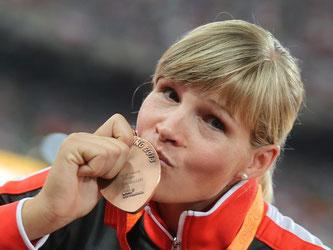 Diskuswerferin Nadine Müller posiert mit ihrer Bronzemedaille. Foto: Michael Kappeler