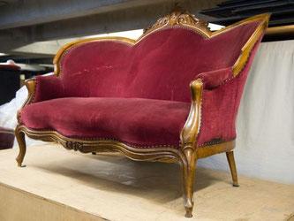 Das rote Sofa, auf dem Loriot Fernsehgeschichte schrieb. Foto: Sebastian Kahnert/Archiv